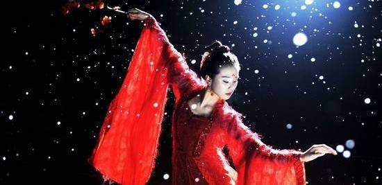 See Liu Shi Shi and the amazingly wide sleeves.
